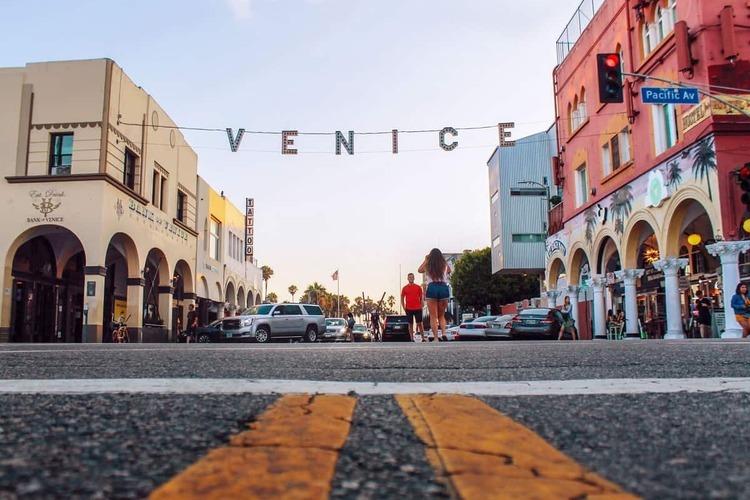 ▼ベニス & サンタモニカ<br>ロサンゼルスと言えば外せないのがウェストエリア。<br>サーフィン、ビーチでリラックス、自転車、アートや音楽など、<br>それぞれのビーチライフを楽しむ人たちでいっぱい。<br>おしゃれな店舗やレストランが並ぶアボットキニーやアメリカのメジャーなブランドの店舗が並ぶサンタモニカプロムナードもこのエリアにあります。<br>